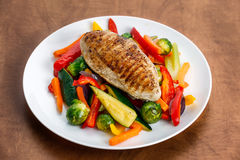 Filet grillé de poulet, sein avec le légume cuit des plats Photos stock