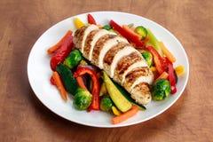 Filet grillé de poulet, sein avec le légume cuit des plats Image stock