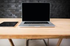 Filet-livre moderne et comprimé numérique se trouvant sur une table en bois dans l'intérieur de bureau Photographie stock