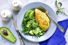 Filet rôti de poulet garni avec de la salade végétale verte dessus images libres de droits