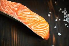 Filet saumoné avec le couteau de yanagiba et le solt du bois photographie stock libre de droits
