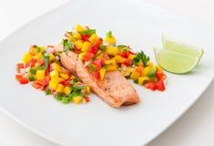 Filet saumoné avec le Salsa de mangue de la plaque blanche. Images stock