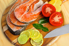 Filet saumoné frais avec des légumes - nourriture saine Photographie stock