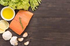 Filet saumoné frais avec l'épice sur le fond en bois Images stock