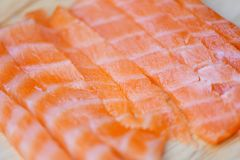Filet saumoné frais sur la fin de planche à découper des fruits de mer saumonés crus de poissons photo stock