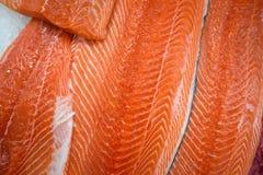 Filet saumoné frais sur la glace photographie stock