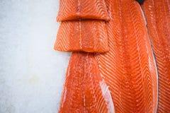 Filet saumoné frais sur la glace images libres de droits