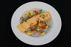 Filet saumoné frit par casserole avec le quinoa crémeux images libres de droits
