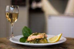 Filet saumoné, pesto et plat écrasé de pomme de terre avec du vin Images stock