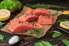 Filet saumoné sur le papier parcheminé Photographie stock