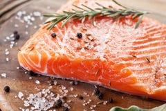 Filet saumoné sur un conseil de découpage en bois. Photos libres de droits