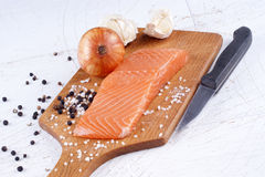 Filet saumoné sur un conseil en bois Photos libres de droits