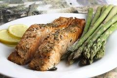 Filet saumoné tout préparé image stock