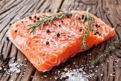 Filet saumoné sur un conseil de découpage en bois. Photo libre de droits