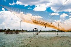 Filet traditionnel du ` s de pêcheurs sur la rivière près de Hoi An Photographie stock libre de droits