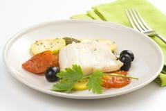 Filet van de kabeljauw gebakken zwarte olijven van de tomatencourgette Royalty-vrije Stock Fotografie