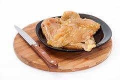 Filet van kippen wit vlees op de zwarte plaat op houten BO Stock Afbeelding