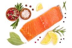 Filet van rode die vissenzalm met citroen en rozemarijn op witte achtergrond wordt geïsoleerd Hoogste mening Vlak leg stock fotografie