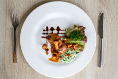 Filet van rundvleeslapje vlees met paddestoelen en saus Royalty-vrije Stock Fotografie