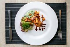 Filet van rundvleeslapje vlees met paddestoelen en saus Royalty-vrije Stock Afbeeldingen