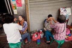 Filetage (enlèvement de cheveu) dans Chinatown Image stock
