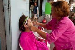 Filetage (enlèvement de cheveu) dans Chinatown Bangkok. Image libre de droits
