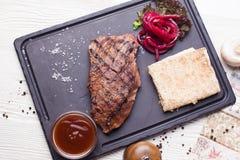 Filete asado a la parrilla con la sal grande, el pan Pita y la col roja, aún opinión superior de la vida Fotos de archivo
