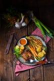 Filete asado a la parrilla con las verduras y las patatas fritas Fotos de archivo libres de regalías