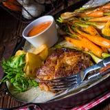 Filete asado a la parrilla con las verduras y las patatas fritas Fotografía de archivo libre de regalías