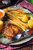 Filete asado a la parrilla con las verduras y las patatas fritas Imágenes de archivo libres de regalías