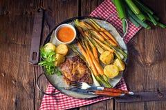 Filete asado a la parrilla con las verduras y las patatas fritas Imagenes de archivo