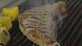 Filete asado a la parrilla con maíz almacen de video