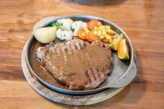 Filete asado a la parrilla de la carne de la carne de vaca con las naranjas y las verduras imagen de archivo