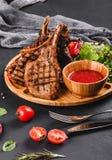 Filete asado a la parrilla de Ribeye en el hueso y verduras con la ensalada fresca y la salsa del Bbq en tabla de cortar sobre fo foto de archivo libre de regalías