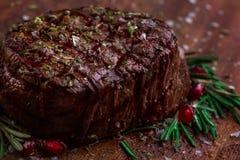 Filete asado a la parrilla de Striploin de la barbacoa de la carne de vaca en tabla de cortar en fondo de madera oscuro fotografía de archivo libre de regalías