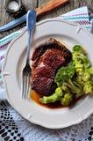 Filete asado a la parrilla del ribeye con bróculi hervido en aceite de oliva y sal del mar Foto de archivo