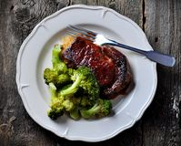 Filete asado a la parrilla del ribeye con bróculi hervido en aceite de oliva y sal del mar Imagen de archivo libre de regalías