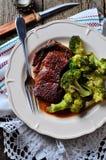 Filete asado a la parrilla del ribeye con bróculi hervido en aceite de oliva y sal del mar Imagen de archivo