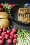 Filete asado a la parrilla en una cacerola redonda de la parrilla, adornada con las especias para la carne, el romero, los verdes imagenes de archivo