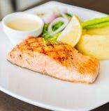 Filete asado a la parrilla pescados de color salmón Foto de archivo libre de regalías