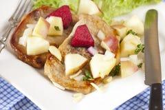 Filete con la ensalada de la manzana Fotografía de archivo