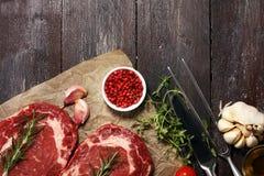 Filete crudo Ase a la parilla a Rib Eye Steak, bistec de costilla envejecido seco Stea de Wagyu fotografía de archivo