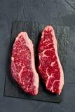 Filete crudo de la rampa de la carne de vaca Fondo negro, visi?n superior imágenes de archivo libres de regalías