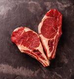 Filete crudo de Ribeye de la carne fresca de la forma del corazón en el hueso fotografía de archivo