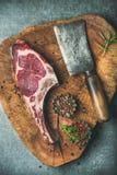 Filete crudo envejecido seco del ojo de la costilla de carne de vaca con las especias foto de archivo libre de regalías
