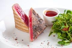 Filete de atún rojo adornado con arugula Imágenes de archivo libres de regalías