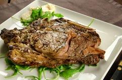 Filete de carne de vaca asado a la parrilla con el hueso imagen de archivo libre de regalías