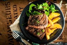 Filete de carne de vaca asado a la parrilla con la calabaza asada imagen de archivo