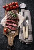 Filete de carne de vaca asado a la parrilla con romero y sal fotos de archivo