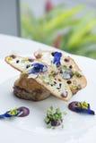 Filete de carne de vaca asado a la parrilla fresco en el cierre blanco de la placa para arriba Fotos de archivo